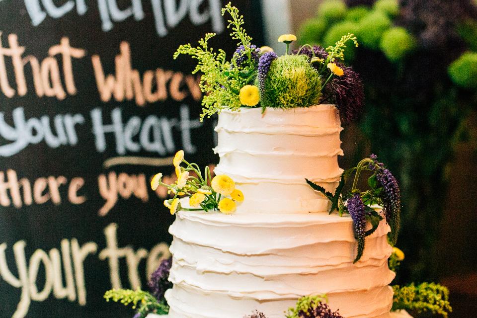 sweet wedding cake at Pasadena backyard wedding