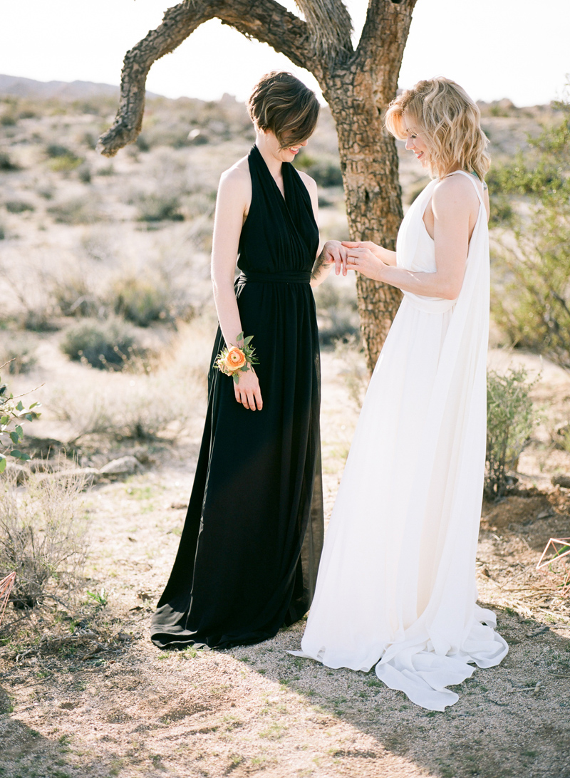 Joshua Tree wedding - outdoor elopements in California. Get married in nature.